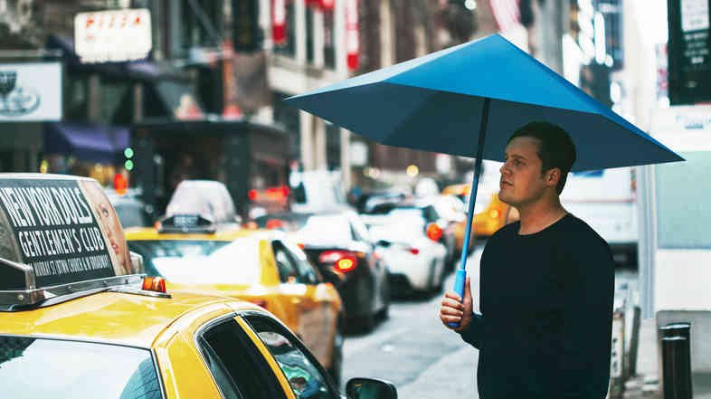 Justin Nagelberg uses the Sa in New York City. By replacing the metal skeleton with two canopies, the umbrella is lighter and has more headroom.