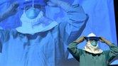 Barbara Smith, del Hospital Mount Sinai en Nueva York, explica cómo ponerse el traje protector durante una sesión de entrenamiento para casos de ébola.