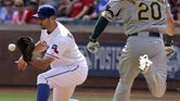 Adam Rosales (izq.) y los Rangers concluyeron la campaña 2014 de Grandes Ligas con marca 67-95