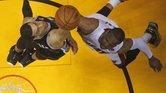 Dwyane Wade (der.) y Danny Green disputan la pelota durante el cuarto partido de las Finales de la NBA.