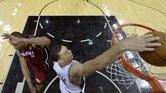 Danny Green, de los Spurs de San Antonio, enceste la canasta ante Rashard Lewis, del Miami Heat, durante el primero juego de las Finales de la NBA en San Antonio.