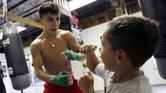 Niños participan en el programa de boxeo del templo Episcopal San Francisco de Asís en Dallas.