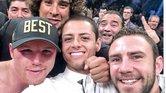 """Saúl Álvarez celebró su triunfo con una selfie con Guillermo Ochoa, Javier """"Chicharito"""" Hernández y Miguel Layún."""