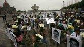 Familiares de los 43 estudiantes desaparecidos en Guerrero exigen su regreso durante una marcha frente a la Basílica de Guadalupe, en la Ciudad de México.