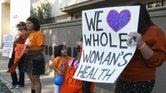Manifestantes en McAllen protestan contra la ley que obligó a cerrar varias clínicas que proveen abortos en Texas.