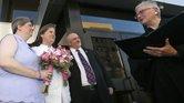 El juez Jane Wiseman (der.) casa a Sharon Baldwin (izq.) y Mary Bishop, el primer matrimonio del mismo sexo en Oklahoma. Ellas fueron los litigantes principales en la demanda contra el estado.
