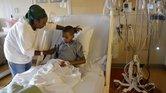 Melissa Lewis, de Denver, ayuda a su hijo Jayden Broadway, quien fue diagnosticado con enterovirus.