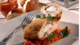Abrir los filetes para rellenar, introducir tocino y queso. Cerrar las pechugas y pasar por harina, huevo y empanizar con una mezcla de pan, orégano, sal y pimienta.