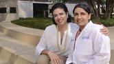 Brianna Hinojosa-Flores (izquierda ) con su cirujana oncóloga, la doctora Roshni Rao, directora del George N. Peters, MD, Centro de Cirugía de Mama en el Centro Médico UT Southwestern.