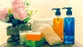 Aquí entre nos, encontrar cosméticos 100 por ciento naturales es difícil y, si los consigues, seguramente no son tan efectivos como dicen ser.