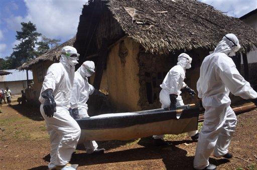 Personal médico retira el cadáver de una mujer que al parecer murió de ébola en el condado Bomi, en las afueras de Monrovia, Liberia.