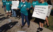 Integrantes del grupo Texas Organizing Projects se reunieron el sábado a las afueras de la cárcel Lew Sterrett en el centro de Dallas para lanzar una campaña en contra de las deportaciones.