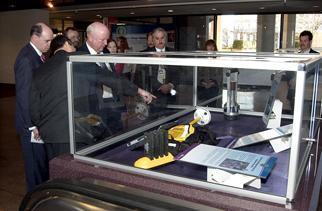 Mark Gilertson shows Secretary Bodman some innovative new technologies