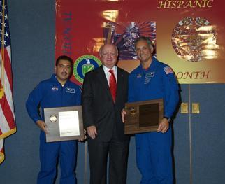 Secretary Bodman meets NASA astronauts José Hernández and John Olivas