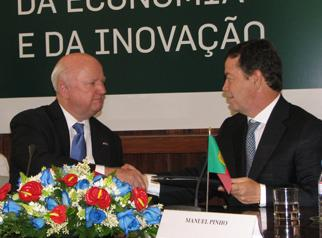Secretary Bodman and Portuguese Minister for Economy and Innovations Manuel Pinho Shake Hands after Signing a Joint Agreement