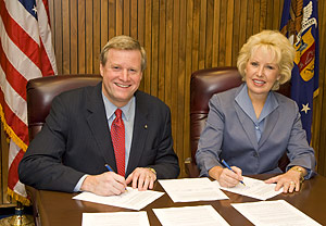 (left to right) Assistant Secretary Edwin G. Foulke, Jr., USDOL-OSHA, and Cynthia L. Brown, ASA's President, sign the national Alliance renewal agreement on August 22, 2007