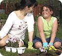 madre e hija en un jardín