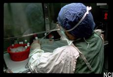 Fotografía de un científico con prendas protectoras trabajando en un laboratorio