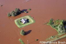 Fotografía de una casa en una inundación