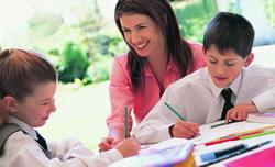 Foto de unos estudiantes y su maestra