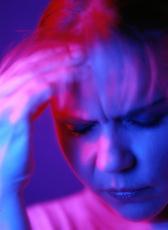 Fotografía de una mujer con dolor de cabeza