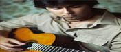 Fotografía de un joven tocando la guitarra