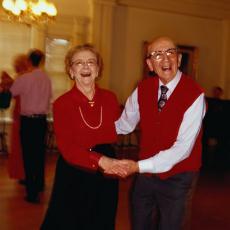 Fotografía de un hombre y una mujer mayores bailando