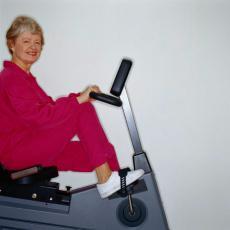 Fotografía de una mujer mayor en una bicicleta estática