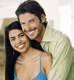 Imagen de una pareja heterosexual hispana abrazada.