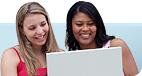 Esta página principal muestra tres generaciones de hombres a la izquierda y dos mujeres a la derecha usando una computadora portátil.