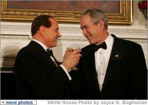El Presidente George W. Bush y el Primero Ministro de Italia, Silvio Berlusconi, levantan sus copas durante la cena de Estado que se ofreció en la Casa Blanca el pasado 13 de octubre de 2008, con motivo de las visita del primer mandatario italiano a los Estados Unidos. Foto por Joyce N. Boghosian de la Casa Blanca