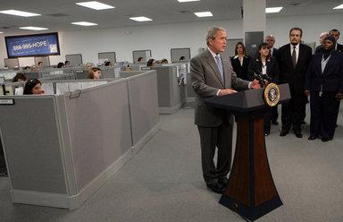 El pasado 28 de marzo, el Presidente Bush visitó el centro de asesoría Novadebt en Freehold, Nueva Jersey, para hablar sobre el mercado de vivienda y reunirse con asesores inmobiliarios que prestan ayuda a propietarios de vivienda en apuros. La alianza HOPE NOW creó una línea de ayuda nacional (888-995-HOPE) para conectar a los propietarios en apuros con asesores expertos en préstamos hipotecarios que se dedican a buscar posibles soluciones. Foto por Chris Greenberg de la Casa Blanca