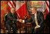 El Presidente George W. Bush y su homólogo de México, Felipe Calderón, se estrechan las manos al concluir su primera reunión durante la Cumbre de Líderes Norteamericanos, celebrada en la ciudad de Nueva Orleáns, Luisiana, el pasado 21 de abril de 2008