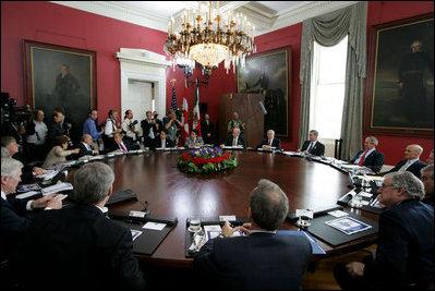 Los líderes y delegaciones de los tres países aparecen reunidas durante la cumbre, que se efectuó del 21 al 22 de abril de 2008.