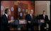 El Presidente George W. Bush y el Primer Ministro de Canadá Stephen Harper escuchan mientras el Presidente Felipe Calderón contesta una pregunta durante su conferencia de prensa conjunta, al concluir la cumbre el pasado 22 de abril de 2008.