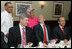 El Presidente George W. Bush expresa su aprecio a Leah y Dooky Chase, dueños del restaurante Dooky Chase's, donde el presidente ofreció un desayuno para sus homólogos de México y Canadá, Felipe Calderón y Stephen Harper, respectivamente.