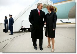 President George W. Bush talks with USA Freedom Corps greeter Gloria Grandone after arriving in Appleton, Wis., Tuesday, March 30, 2004. President Bush traveled to Wisconsin to discuss his plan to strengthen the economy and help small businesses create jobs.  White House photo by Eric Draper