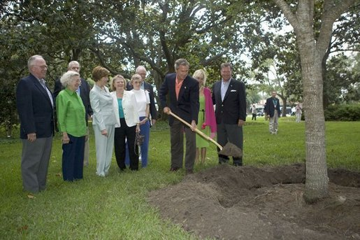 Continuing a tradition of commemorating visits by planting a Live Oak, President George W. Bush plants a tree on Sea Island, Ga., during his visit as host of this week's G8 Summit Monday, June 7, 2004. White House photo by Eric Draper.