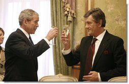 President George W. Bush and President Viktor Yushchenko of Ukraine, raise their glasses in a toast Tuesday, April 1, 2008, during a social lunch at the Presidential Secretariat in Kyiv. White House photo by Eric Draper