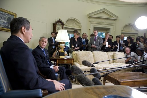 The media gathers in the Oval Office Tuesday, July 12, 2005, as President George W. Bush visits with Singapore Prime Minister Lee Hsien Loong. White House photo by Eric Draper