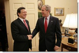 President George W. Bush welcomes European Commission President José Manuel Barroso to the Oval Office, Monday, January 8, 2007.  White House photo by Eric Draper