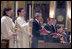 El Presidente George W. Bush y la señora Laura Bush van a misa el sábado, 2 de abril de 2005 en la Catedral de Saint Matthew the Apostle en Washington, DC en memoria del Papa Juan Pablo II.
