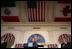 """El Presidente George W. Bush participa en una conferencia de prensa conjunta el 23 de marzo de 2005, con el Presidente de México Vicente Fox, izq., y el Primer Ministro de Canadá, Paul Martin, der., en Baylor University en Waco, Texas. """"Y agradezco la dedicación del Primer Ministro y el Presidente al espíritu de cooperación que trascenderá cualquier política que tenga lugar; eso pone en práctica un compromiso firme a los mercados y la democracia y la libertad y el comercio y la prosperidad mutua y la seguridad mutua"""", dijo el Presidente Bush."""