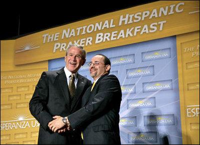 El Presidente George W. Bush es agradecido por el Reverendo Danny Cortés después de dirigirse a los participantes en el Desayuno Nacional Hispano de Oración el jueves, 16 de junio de 2005 en el Andrew Mellon Auditorium en Washington, D.C.