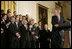 El Presidente George W. Bush mira a David Eckstein, seleccionado como el jugador más valioso, durante sus declaraciones en el homenaje del 16 de enero de 2007 en el East Room, a los St. Louis Cardinals, que ganaron el Campeonato de la Serie Mundial del 2006. Foto por Eric Draper de la Casa Blanca