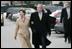 El Presidente George W. Bush y Laura Bush caminan juntos al salir de la Casa Blanca el viernes, 26 de enero de 2007, para asistir a una recepción de despedida en Blair House para Harriet Miers, asesora jurídica de la presidencia. Foto por Eric Draper de la Casa Blanca