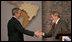 El Presidente George W. Bush y el Presidente de Brasil Luiz Inácio Lula da Silva se estrechan la mano el viernes 9 de marzo de 2007, después de la sesión conjunta con la prensa en São Paulo. Los dos líderes se reunieron durante el día y conversaron de muchos temas, entre ellos los biocombustibles, energía y política exterior. Foto de Paul Morse de la Casa Blanca