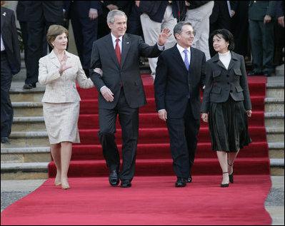 El Presidente George W. Bush y la señora Laura Bush se despiden del Presidente Álvaro Uribe y la Primera Dama Lina Moreno de Uribe de Colombia al concluir su visita al Palacio Presidencial en Bogotá el domingo, 11 de marzo de 2007.Foto de Eric Draper de la Casa Blanca.