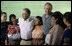 El Presidente George W. Bush sonríe mientras él y el Presidente de Guatemala Oscar Berger posan para una foto con pobladores de Santa Cruz Balanya, Guatemala, el lunes, 12 de marzo de 2007, durante su visita a la escuela Carlos Emilio Leonardo en la aldea. Foto de Eric Draper de la Casa Blanca