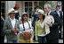 El Presidente George W. Bush acompaña a cultivadores de café el domingo, 11 de marzo de 2007 durante su visita al Palacio Presidencial en Bogotá, Colombia.Foto de Eric Draper de la Casa Blanca.